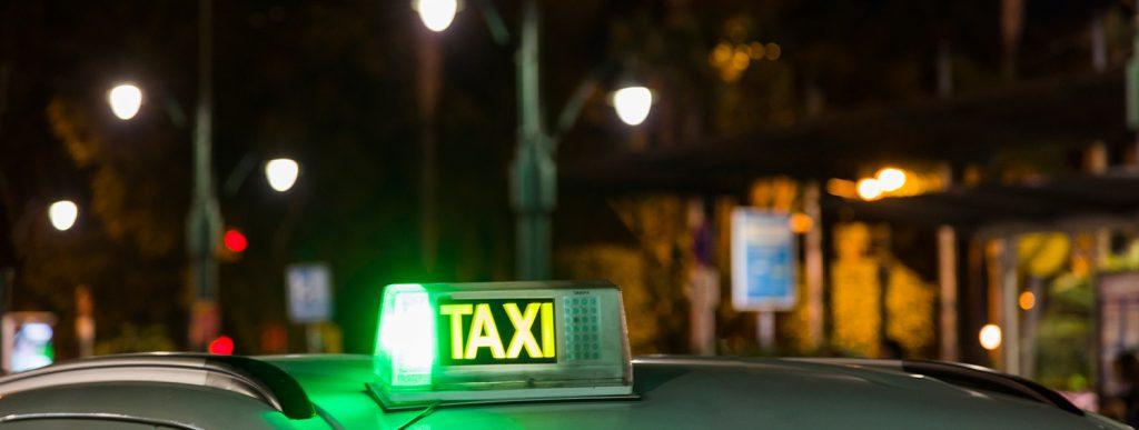 Taxi activo por la noche.